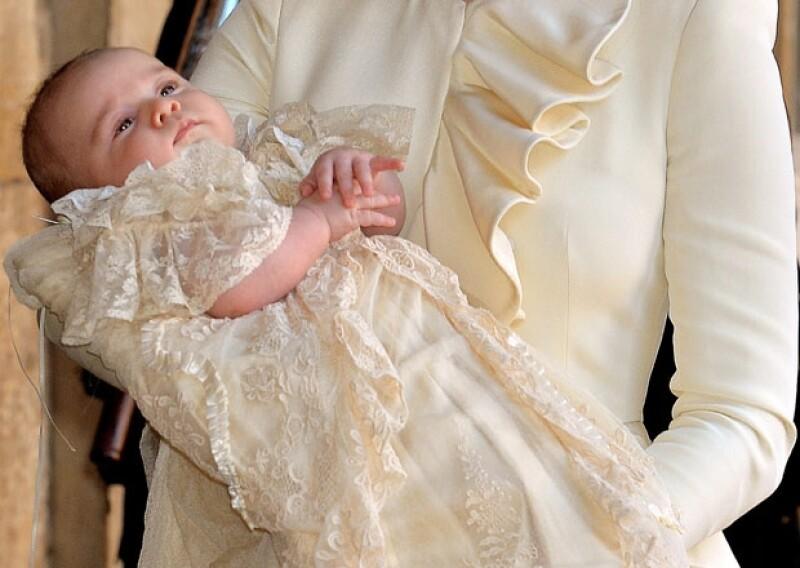 El príncipe George portó la replica del famoso ropón realque fue hecho por Angela Perry.