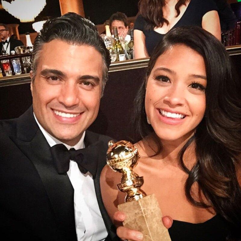 Jaime no dudo en felicitar a Gina por su premio.