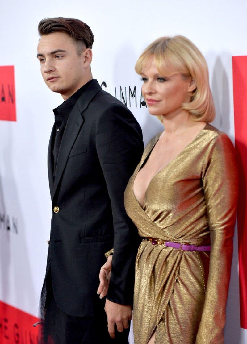 ¡Cómo ha crecido el primer hijo de la famosa actriz! Así se ve Brandon Lee Thomas, a sus 18 años, en una de sus primeras apariciones públicas junto a su madre.