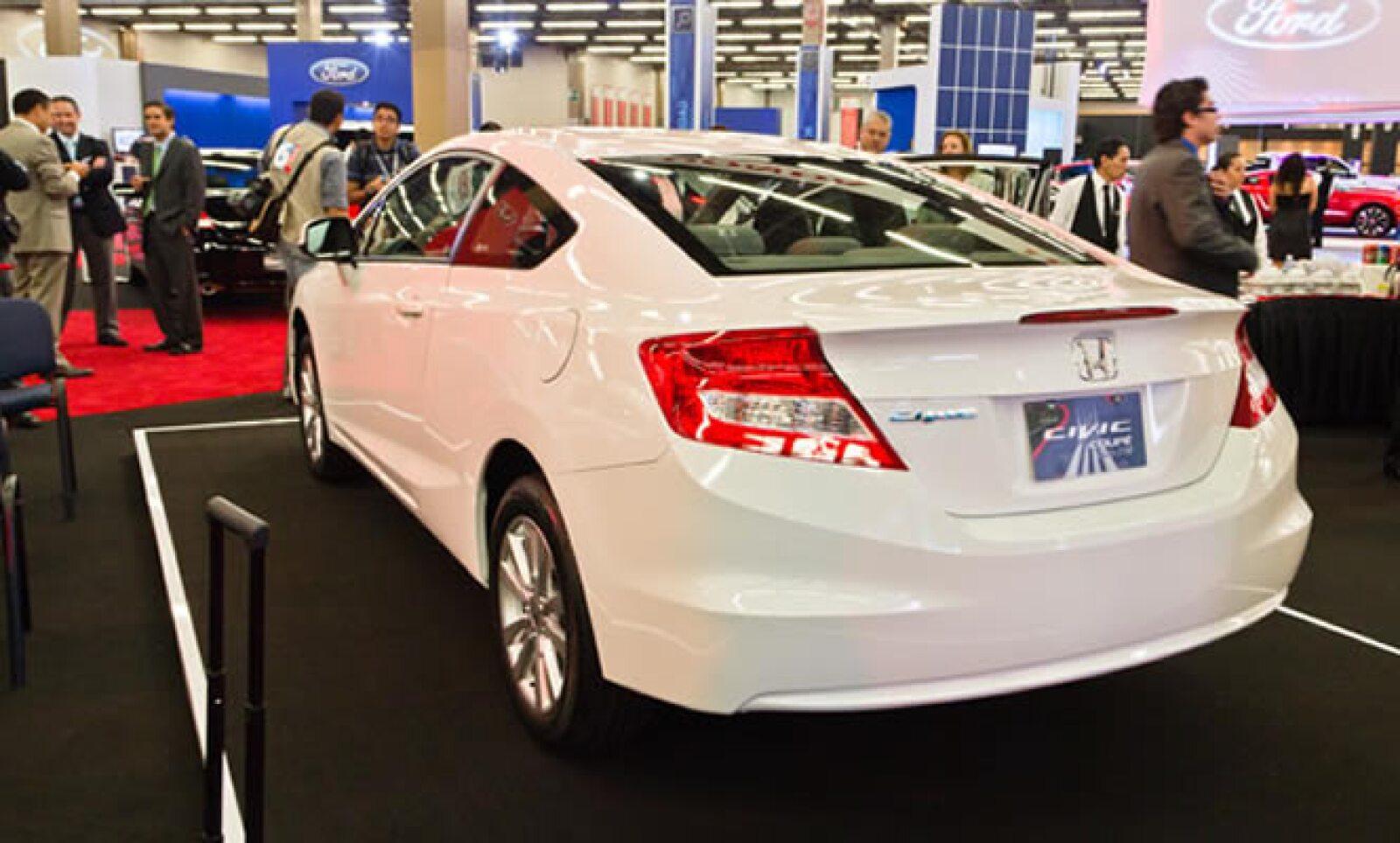 Honda anuncia la llegada del Civic Coupé 2012 a todos sus puntos de venta en México. Mecánicamente es igual que el modelo de cuatro puertas, pues utiliza el motor de cuatro cilindros 1.8L de 140 Hp.