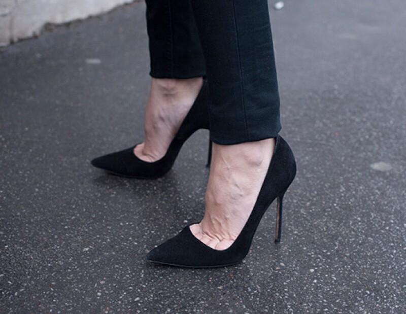 Unos pumps negros elevarán tu look de inmediato.