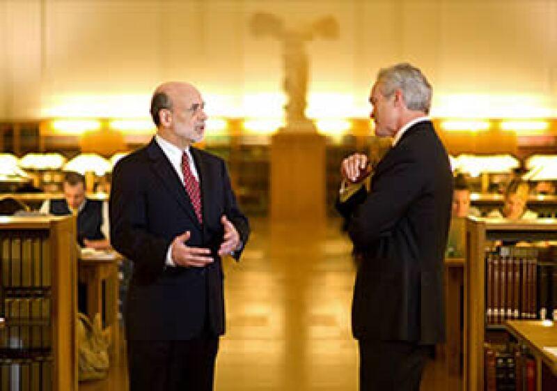 Scott Pelley (izq) entrevistó al presidente de la Fed, Ben Bernanke (der) para su programa 60 minutos. (Foto: Cortesía CNNMoney)
