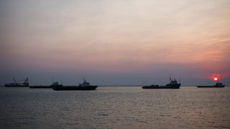 Las embarcaciones sin contrato ni actividades flotan a las orillas del monumento a la Virgen del Carmen.