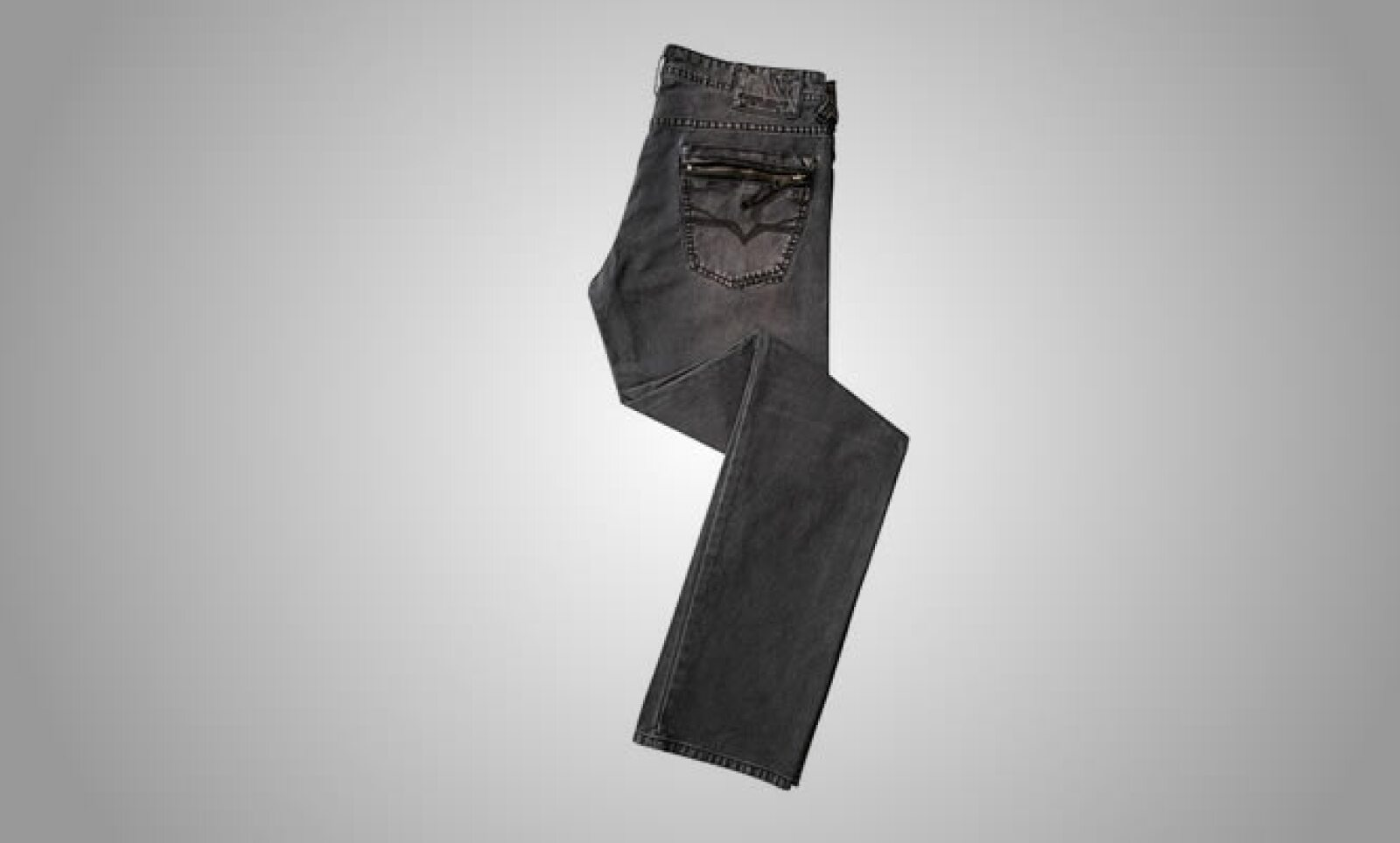 El corte recto en los jeans representa la mayor parte de la colección, que ya está disponible en las boutiques y espacios comerciales de la firma en México.