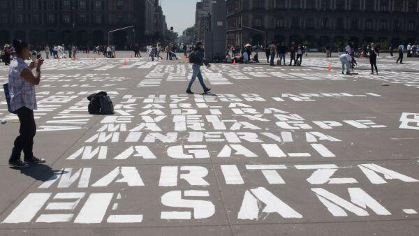 Activistas pintaron de blanco los nombre de mujeres que han sido víctimas de feminicidio en nuestro país, en la plancha del Zócalo