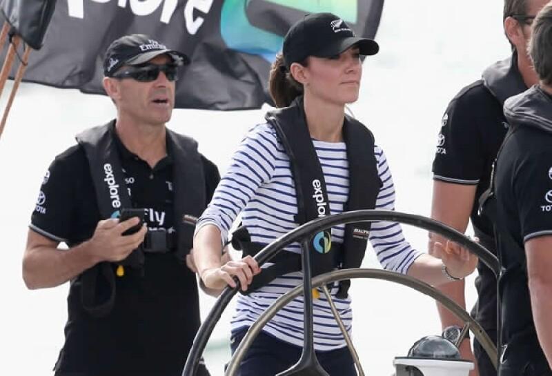 Kate al mando del bota, lista para ganarle a su esposo.