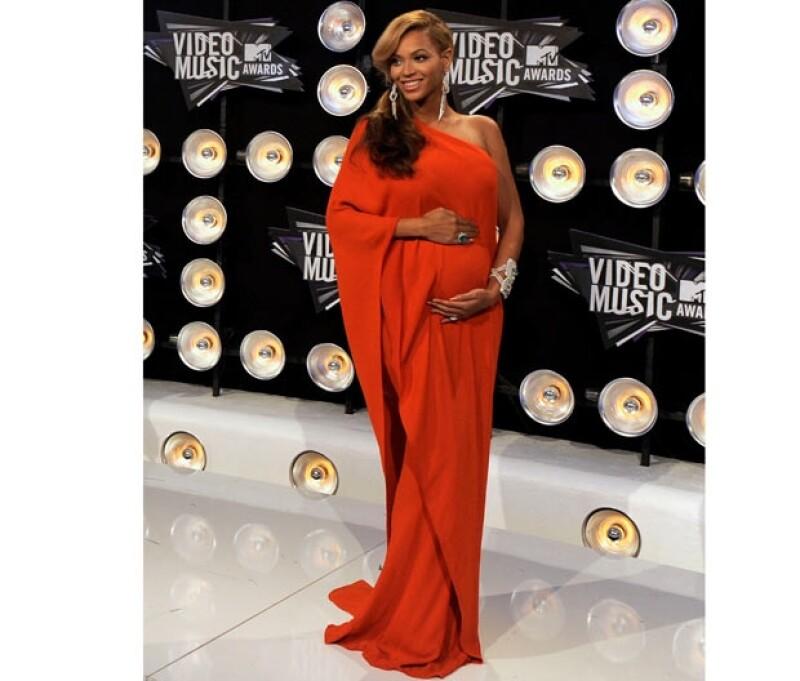La cantante mostró su embarazo ante los presentes en los MTV VMA.