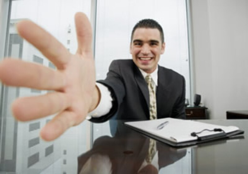 Asegúrate de mantener una actitud positiva durante tu encuentro con el reclutador. (Foto: Jupiter Images)
