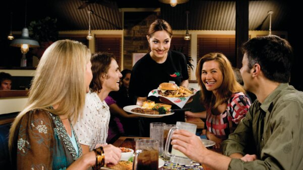 El restaurante se especializa en comida típica de Estados Unidos, su país de origen.