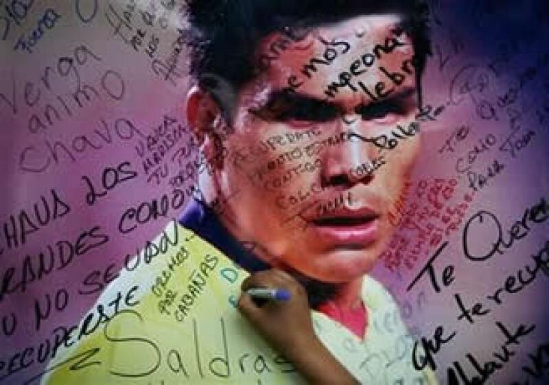 Los seguidores de Cabañas le expresan su apoyo a las afueras del hospital en donde el jugador es atendido. (Foto: AP)