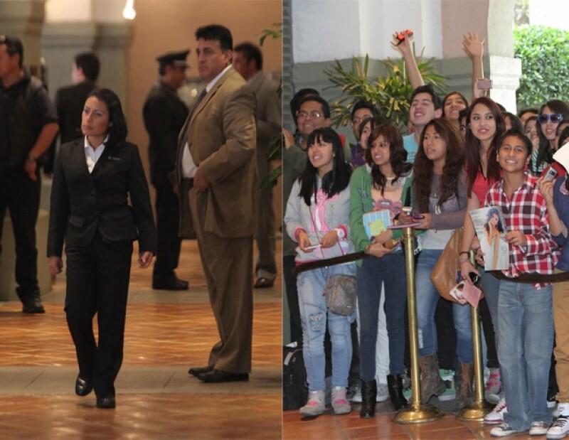 Sus fans han esperado ansiosamente la llegada de Selena, sin embargo, su equipo de seguridad ha impedido que se reúnan con ella.