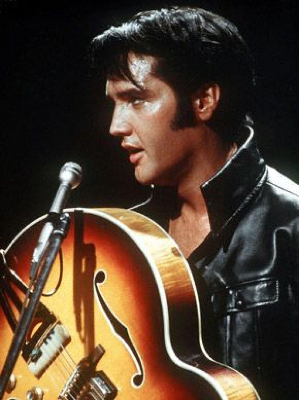Los precios varían según el artículo, como un overol azul celeste y una capa con forro dorado, de 100 mil dólares o un cinturón plata-turquesa que usó el cantante en el escenario, de 8 mil.