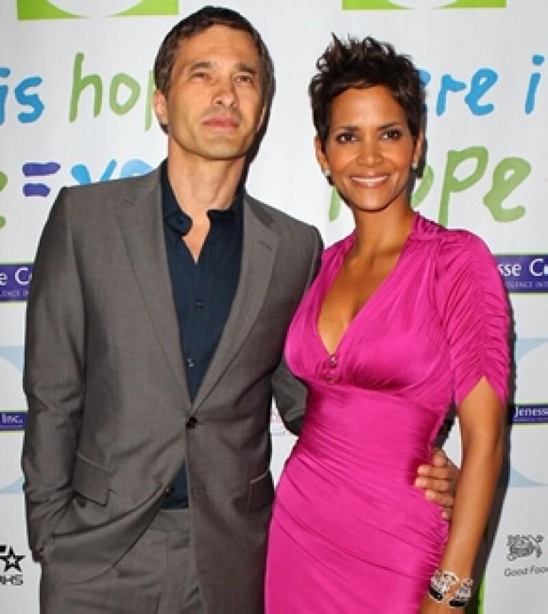 La actriz se comprometió con su novio Oliver Martínez, quien le dio un gran anillo.