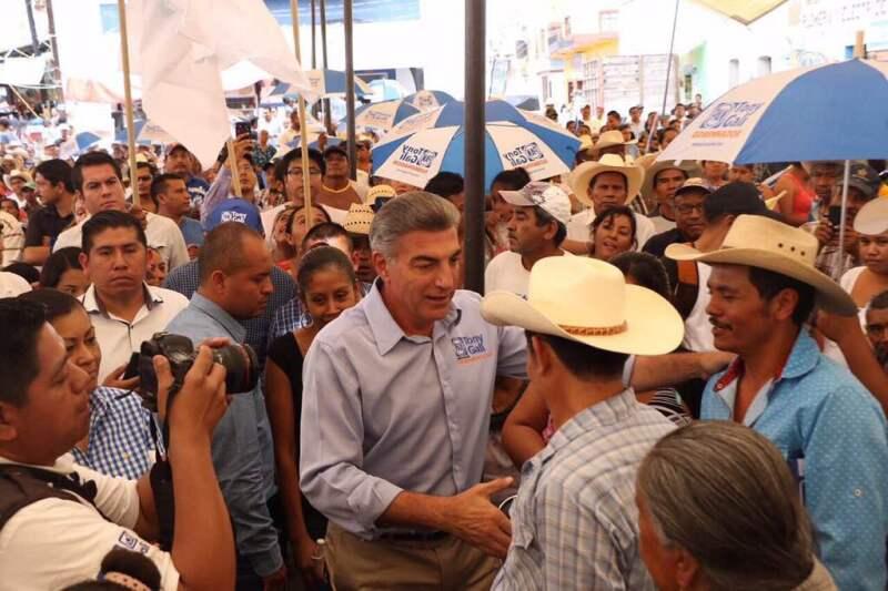 El panista se comprometió con migrantes mixtecos a darles apoyos sin especificar de qué tipo.