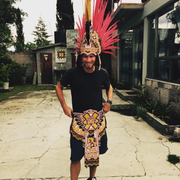 Brian posando con la indumentaria prehispánica.