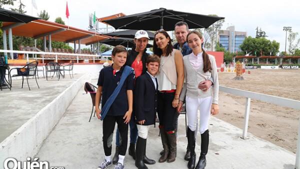 Michel y Natasha Vladimir, Mirila, Mateo, Patricio y Montserrat Urquiza