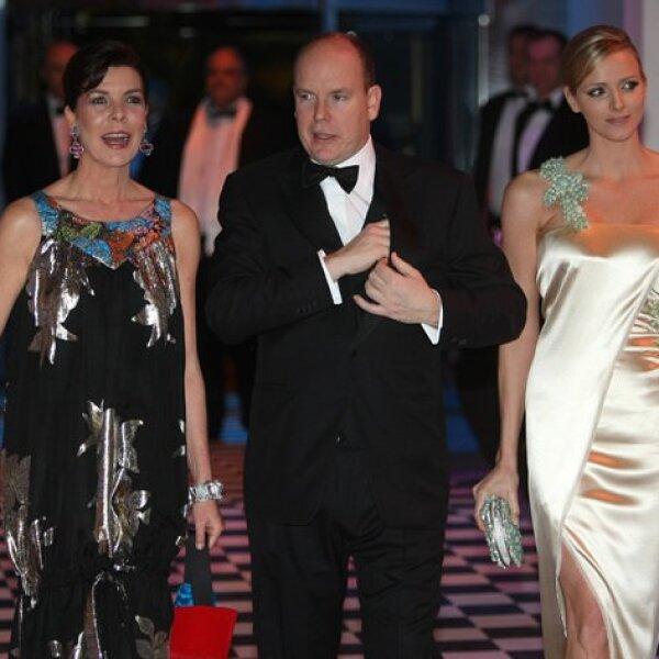 La princesa Carolina lució sonriente, aquí llegando al lado de su hermano, el príncipe Alberto de Mónaco y su novia, Charlene Wittstock.