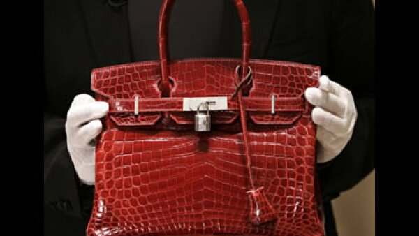 Este bolso Birkin de cocodrilo se vendió en una subasta en 202,000 euros. (Foto: AFP)