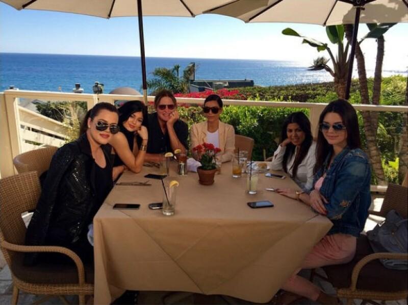 Bruce Jenner celebró su cumpleaños con las mujeres de su vida.