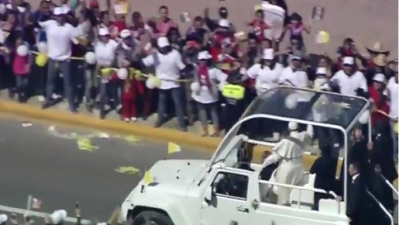 Los creyentes se congreraron en el camino que recorrió el papa hacia el predio conocido como 'El Caracol'.