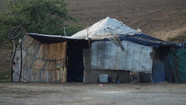 Sobre la autopista Puebla-Orizaba, huachicoleros venden en 8 pesos el litro de gasolina.