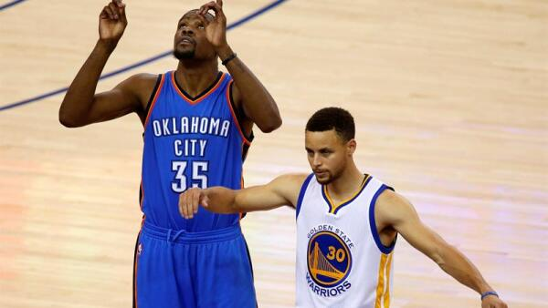 Durant (derecha) dejó al equipo de Oklahoma City después de nueve temporadas.