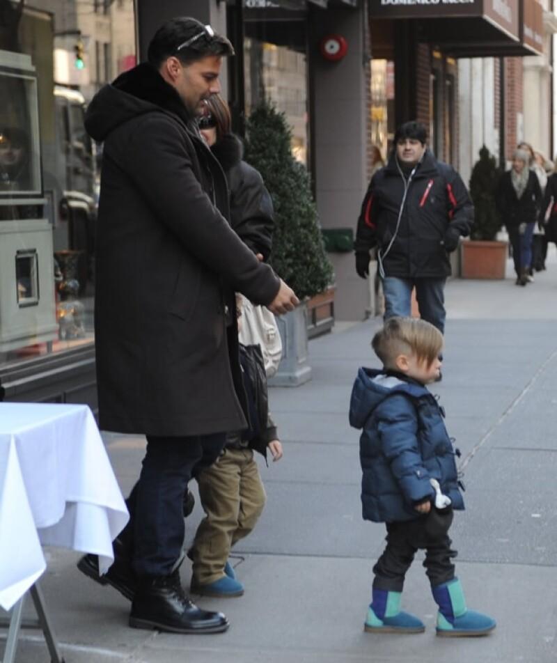 Ricky Martin y sus hijos saliendo del restaurante Nello en Nueva York.