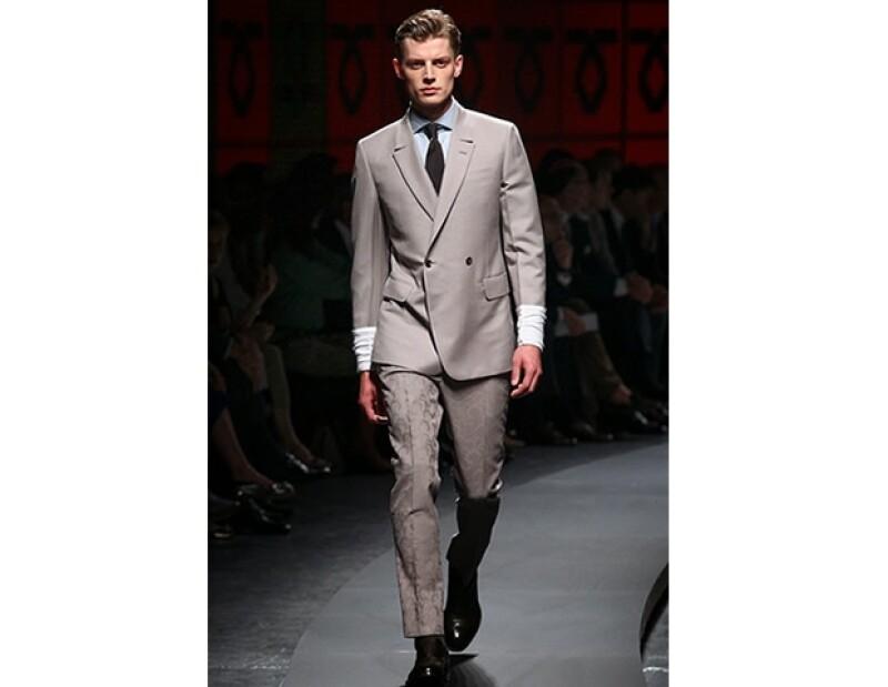 Un traje gris sacará de apuros en toda ocasión. Atrévete a personalizarlo agregando algún detalle que lo haga único.