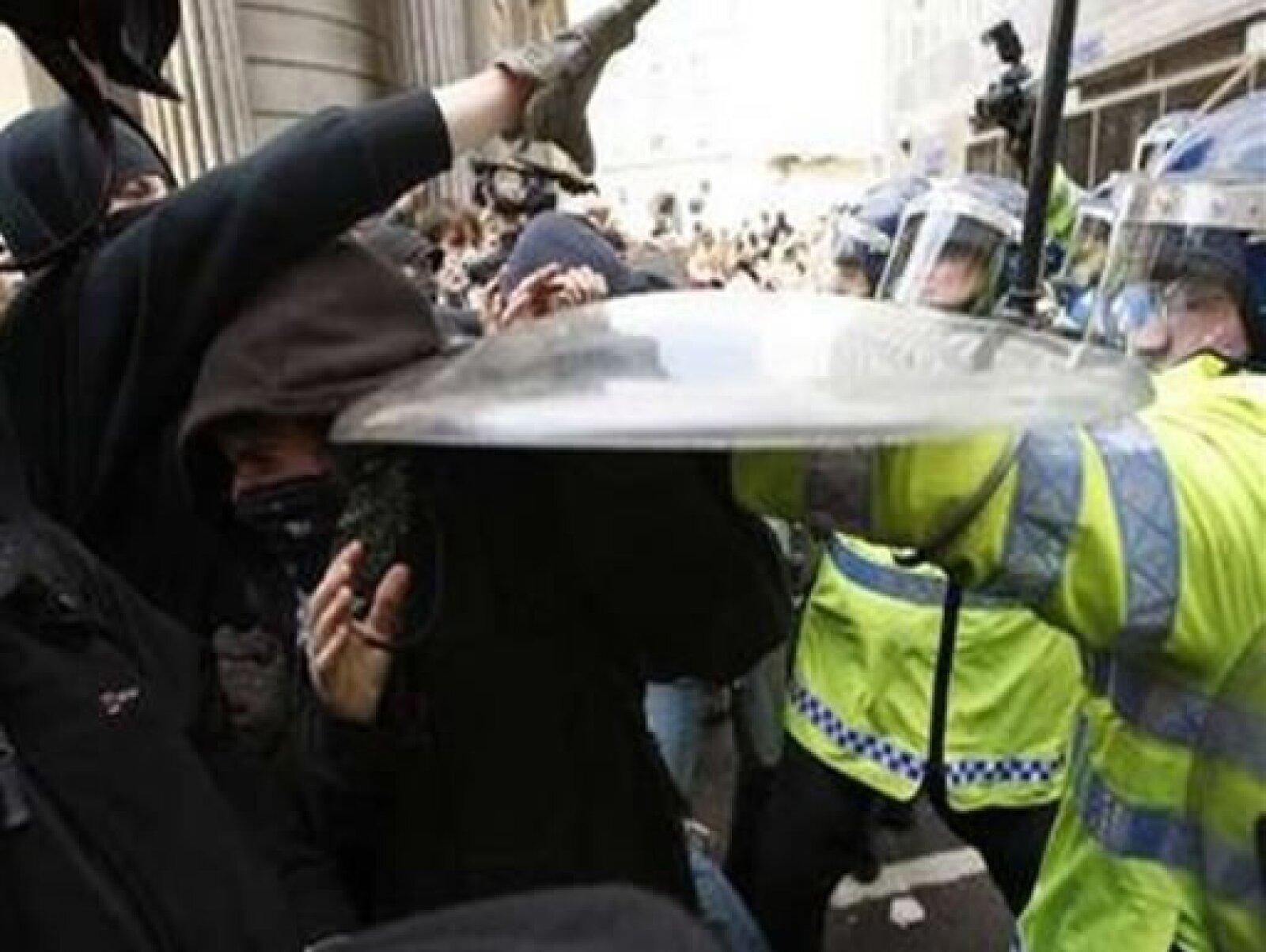 Los tumultos y empujones son retenidos mediante la fuerza policial.