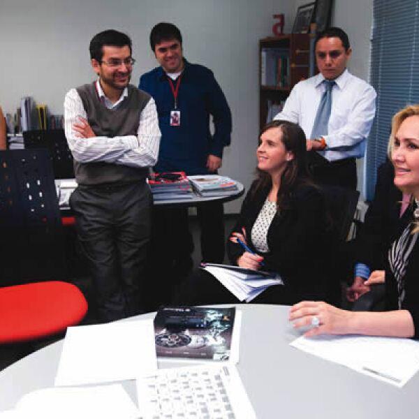 Angélica Fuentes (derecha) con parte del equipo editorial de la revista Expansión, encabezado por Bárbara Anderson y Adolfo Ortega (izquierda).