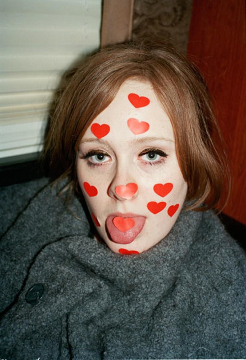 En la serie de fotos, Adele luce divertida y feliz