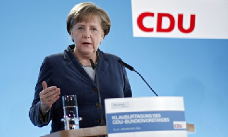 Angela Merkel declaró que tras la rebaja, Europa tiene el desafío de implementar el pacto fiscal más rápido. (Foto: AP)