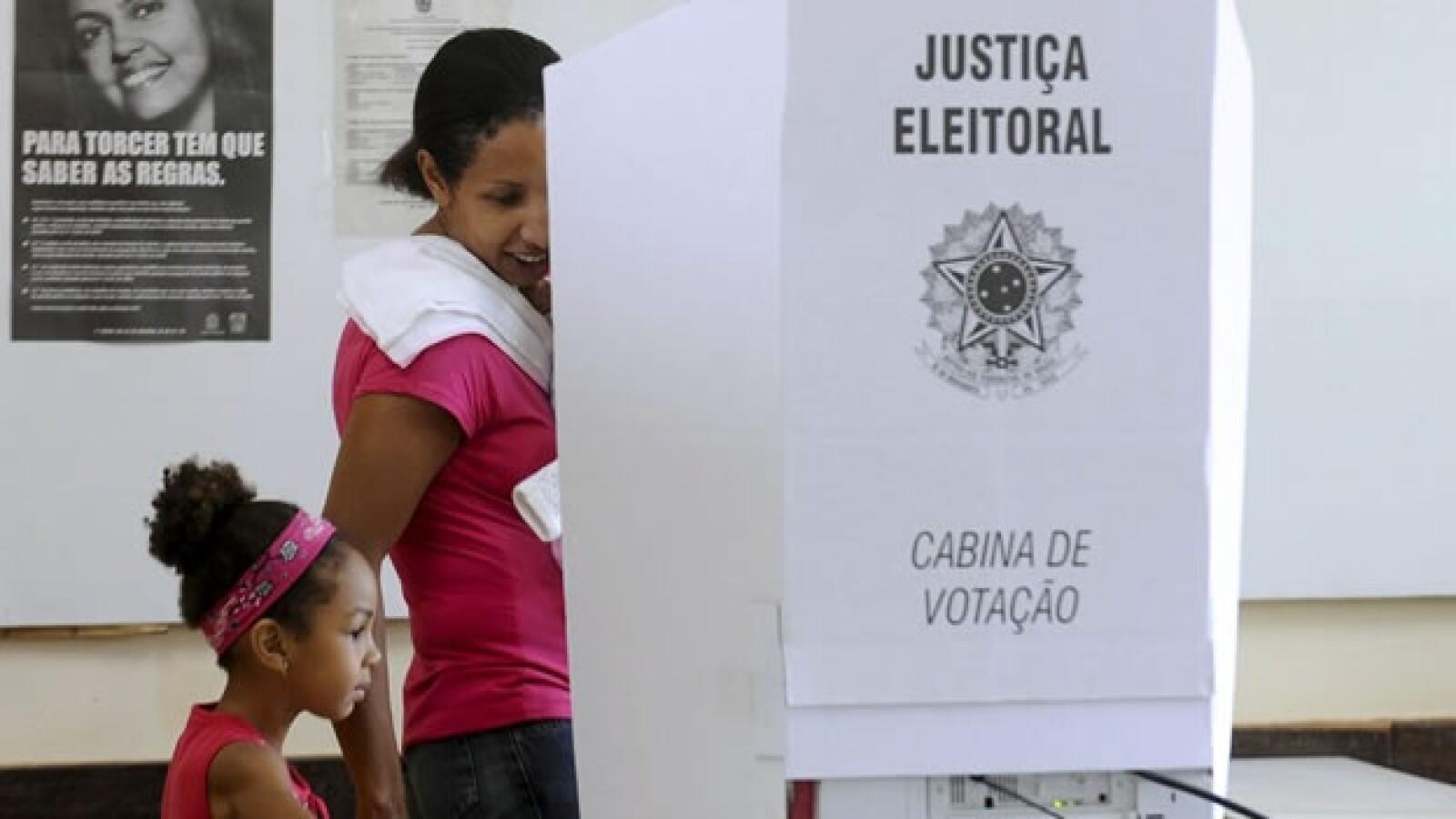 una mujer vota en brasil
