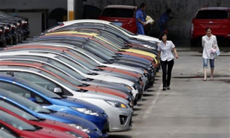 Con la desaceleración, los niveles de existencias se han convertido en un dolor de cabeza para los fabricantes y vendedores de vehículos. (Foto: AP)