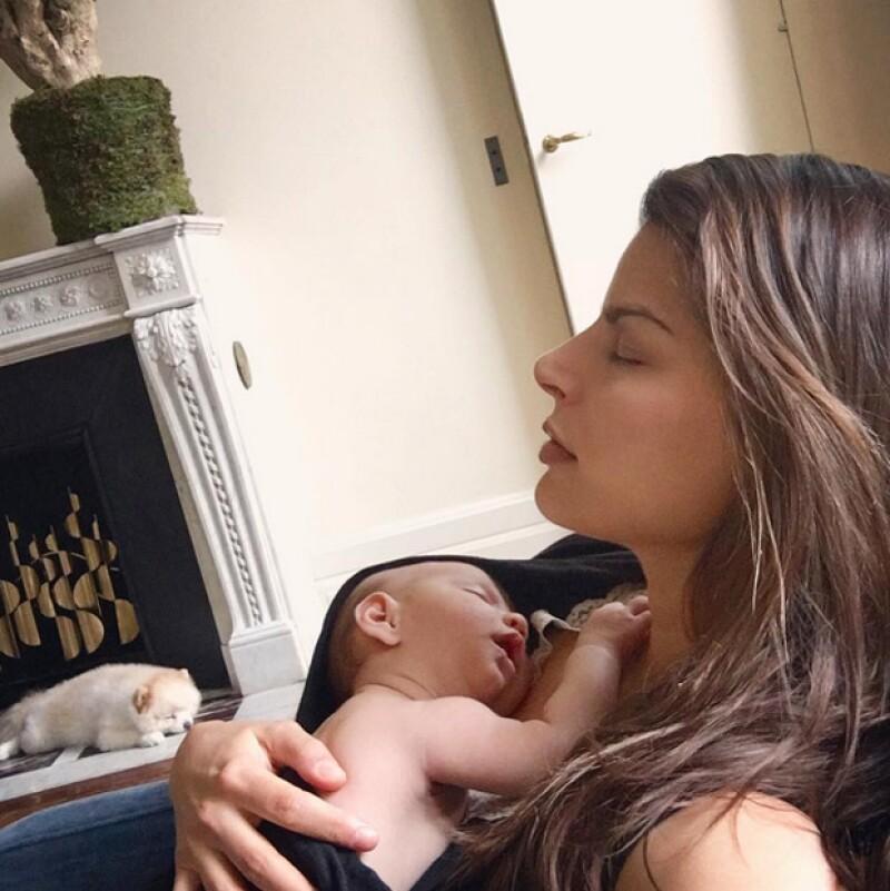 Es verdad que hemos visto varias fotos de la empresaria con su bebé, pero esta nueva imagen sin duda le gana a todas.