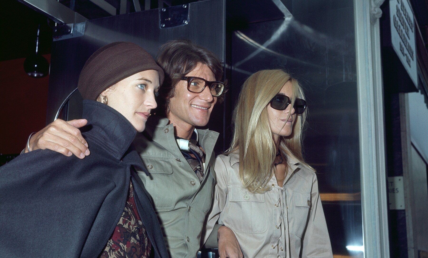 Foto: GettyImages; Loulou de la Falaise, Yves Saint Laurent, Betty Catroux, 1969