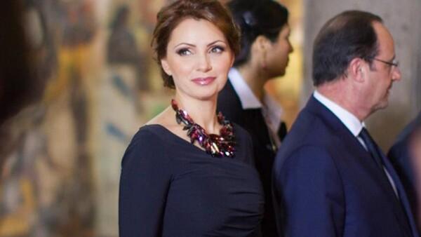 La primera dama lució un entallado vestido azul a juego con pointy shoes del mismo color de su collar en tonos rojos y un maquillaje sencillo.