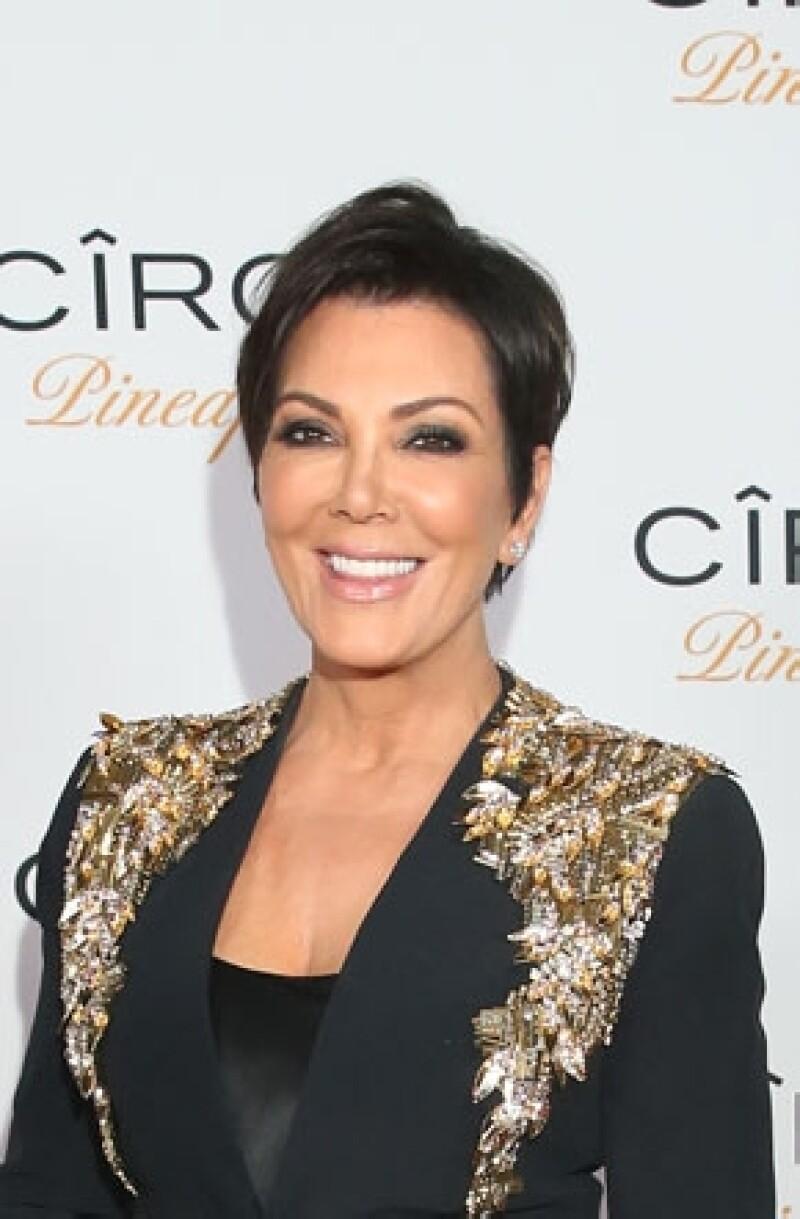 La matriarca de la familia Kardashian quiere que sus hijas contraigan matrimonio en un especial televisivo que les reportaría generosos beneficios económicos.