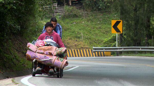 Esta es la odisea de un venezolano en silla de ruedas para buscar medicina