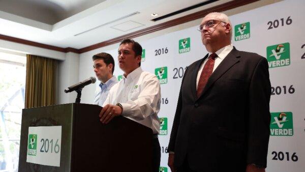 Carlos Puente Salas (centro) lamentó que el TEPJF no hubiera resuelto claramente la situación y dijo que apelarán la decisión.
