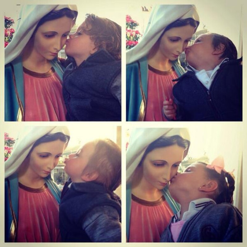 """La conductora compartió en Twitter e Instagram una foto de sus cuatro hijos dándole un beso a la Virgen y se mostró agradecida por sus """"cuatro angelitos""""."""