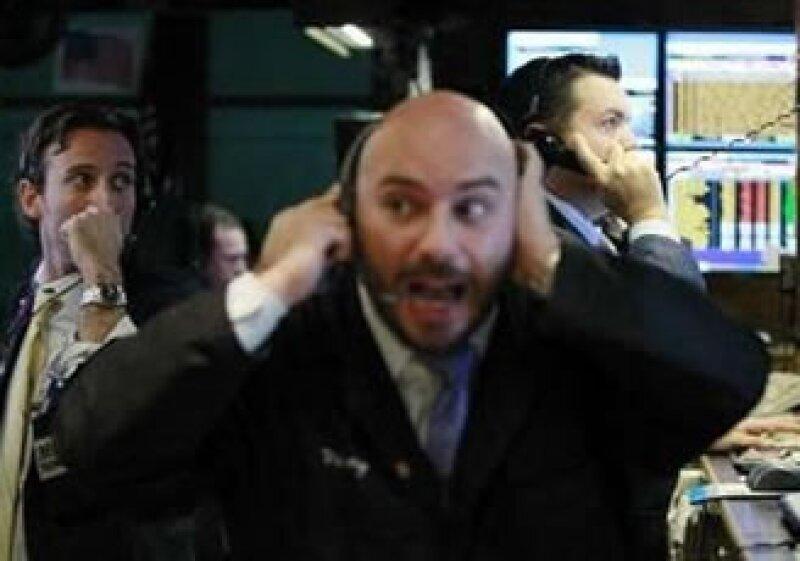 Los mercados accionarios de EU operan con importantes pérdidas a media jornada del martes. (Foto: Reuters)