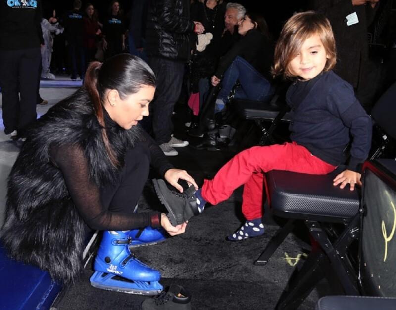 La pareja de Scott Disick llevó a su primogénito ayer al show de Disney On Ice, donde tuvieron la oportunidad de patinar junto a la pareja de Mickey.