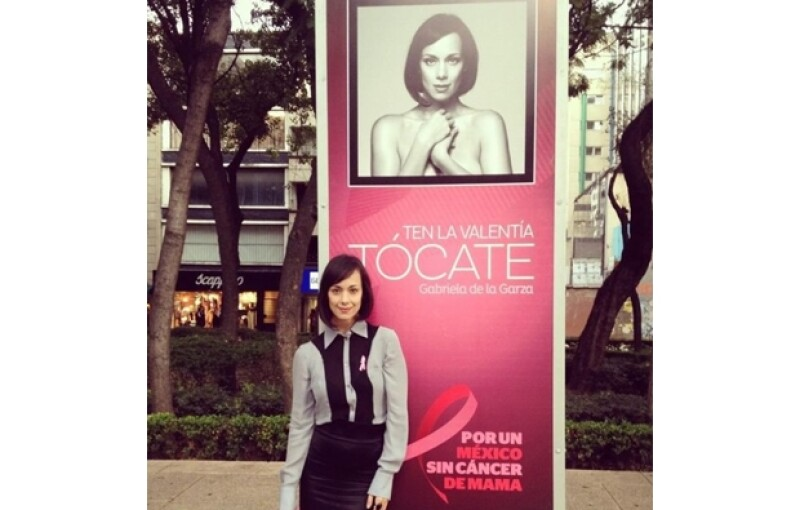 La actriz Gabriela de la Garza junto a su retrato.