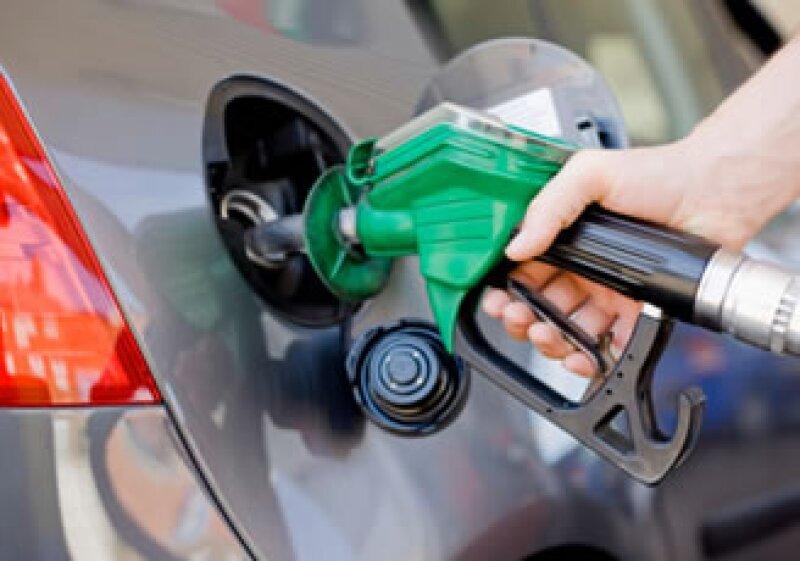México retomó los aumentos en el combustible, que había suspendido en 2009 debido a la crisis económica.
