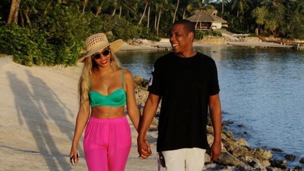 A través de sus redes sociales, la sexy cantante compartió una romántica imagen de ellas y su esposo tomados de la mano mientras caminan por la orilla de la playa en República Dominicana.