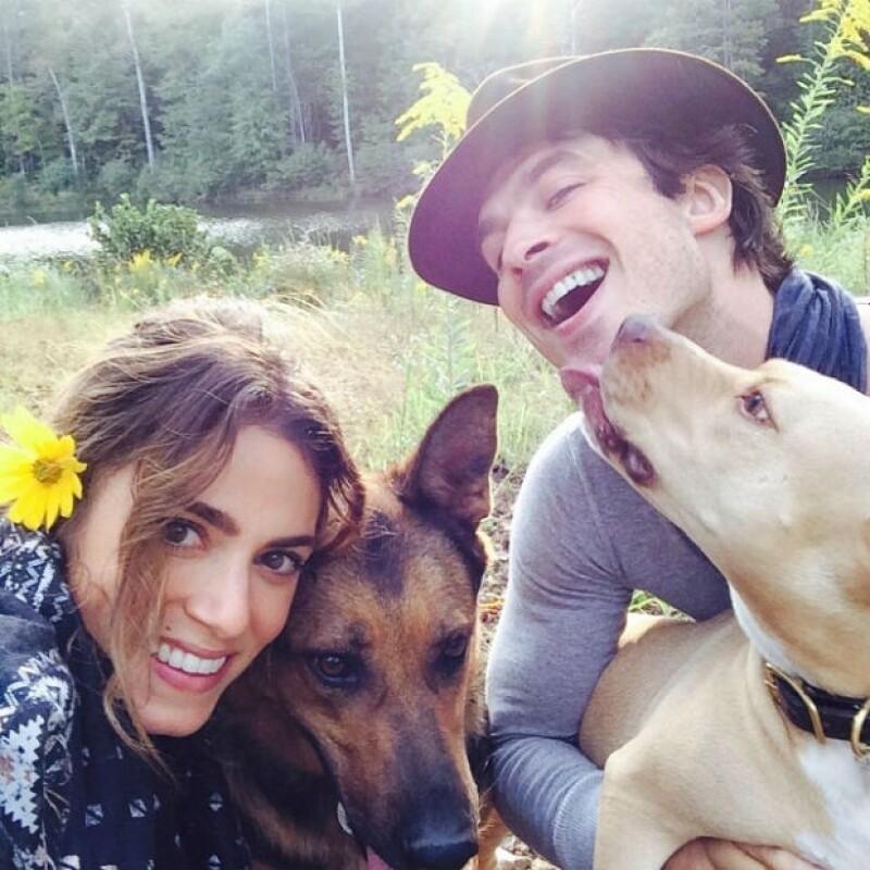 Ian y Nikki con sus perras durante una de sus citas en el campo. Ambos son amantes de los animales.