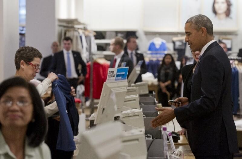 Obama pagó sus productos en medio de bromas.