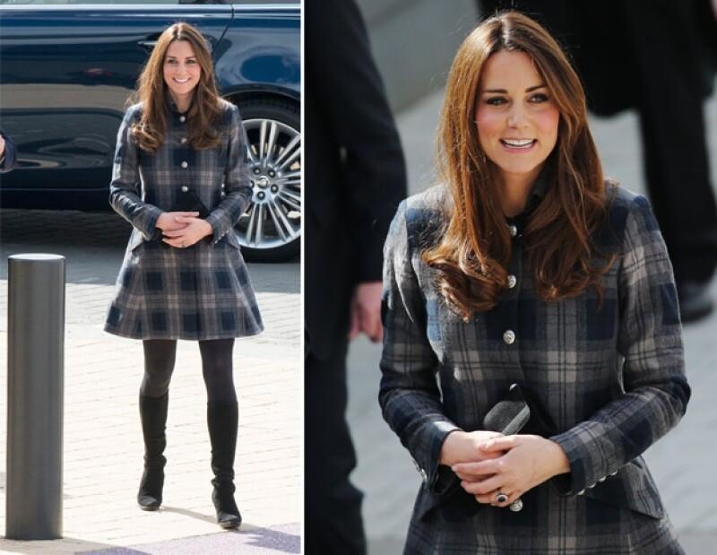 Kate Middleton portó un saco a cuadros. De hecho, medios ingleses aseguraron que la Duquesa mostró mucha pierna.