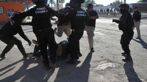 En Monclova, el jueves, policías someten a patadas a un manifestante.